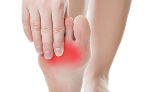 Боль в подушечки стопы