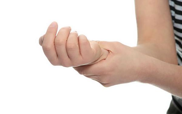 У женщины тянет руку