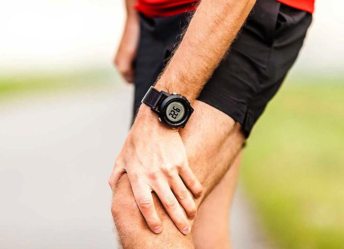 У мужчины боли в коленях