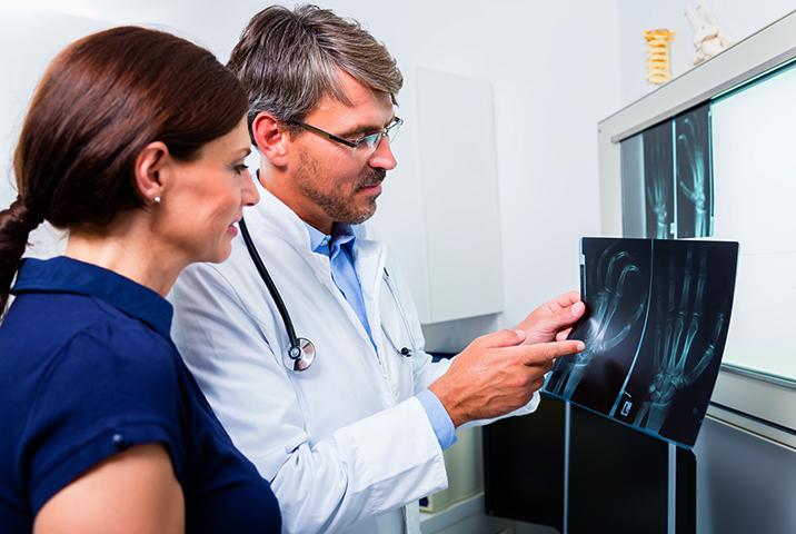 Ортопед со снимком