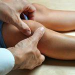 Если у ребенка болят колени: причины, чем это опасно и что делать