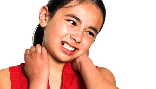 У девочки болит шея