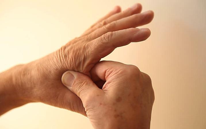 Болит указательный палец на левой руке