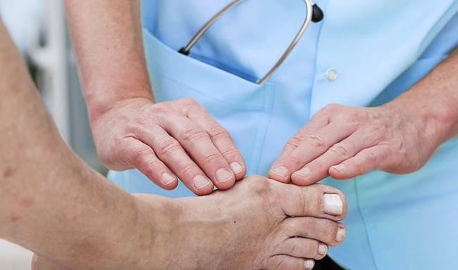 Ортопед проводит лечение