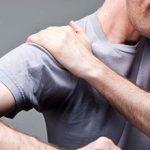 Болит плечо при поднятии и отведении (вверх и назад): причины и что делать