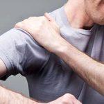 Боль в плечевом суставе при поднятии руки: причины и лечение