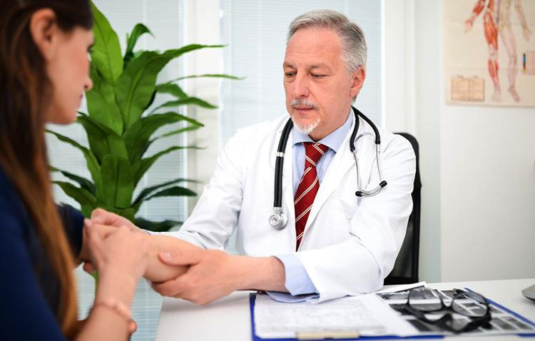 Доктор смотрит локоть