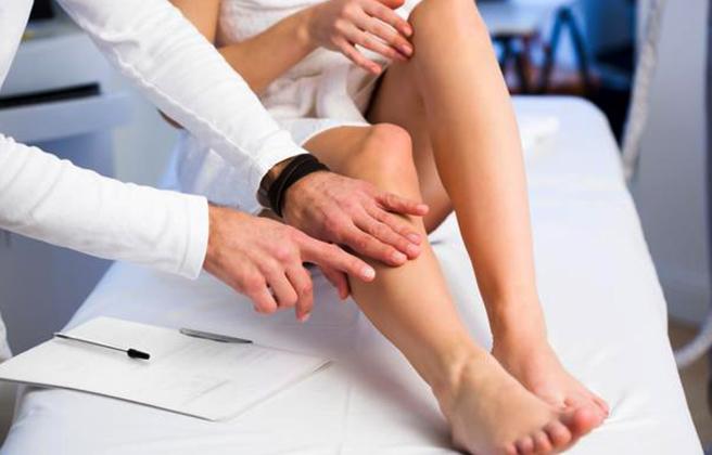 Доктор осматривает ногу