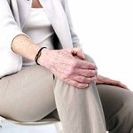 Почему ноют колени: причины, что это может быть и что делать