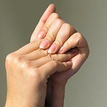 Немеют кисти и пальцы рук по ночам: причины, чем это может быть и что делать