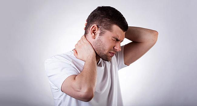 Болит шея вверху