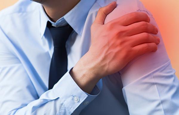У мужчины боль в плече
